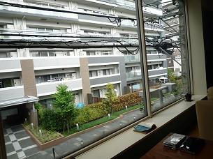デカい窓とマンション.jpg