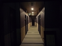 停電直後の1階廊下.jpg