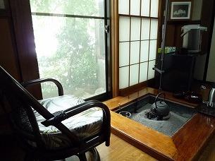囲炉裏と椅子と冷蔵庫.jpg