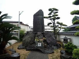 境内の小山塚.jpg