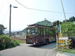 大内行のバスが踏切を渡る.jpg
