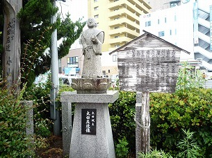 太田佐近の像と小山塚.jpg