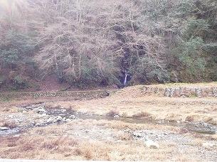 小滝と石積みの水路.jpg