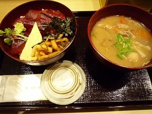 朝のマグロ丼と豚汁.jpg