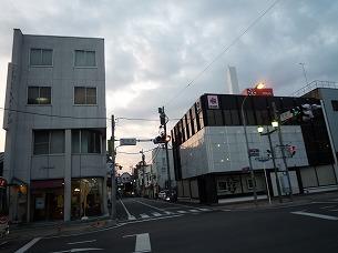 田町北交差点を渡る.jpg