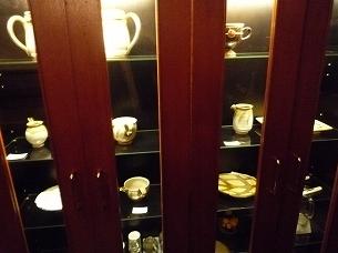 陶器の棚.jpg