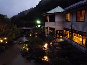 日が暮れて豪雨の船山館.jpg